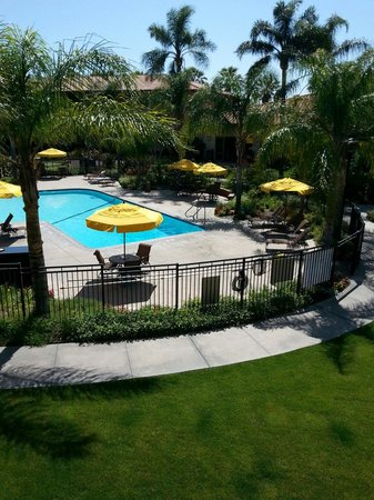 DoubleTree by Hilton Hotel Ontario Airport: Balcony Poolside View