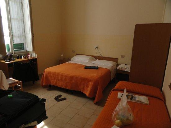 Hotel Hermes: Quarto bem amplo para até 4 pessoas