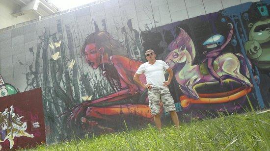 Millenium Bridge: Граффити под мостом