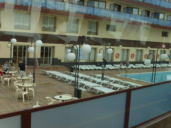 H·TOP Calella Palace: рано утром у бассейна еще есть места