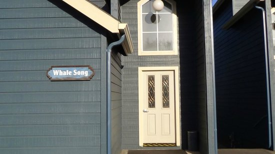 Surf & Sand Lodge: Front of room, The Whale Song was ours. Front door leads into about four other rooms.
