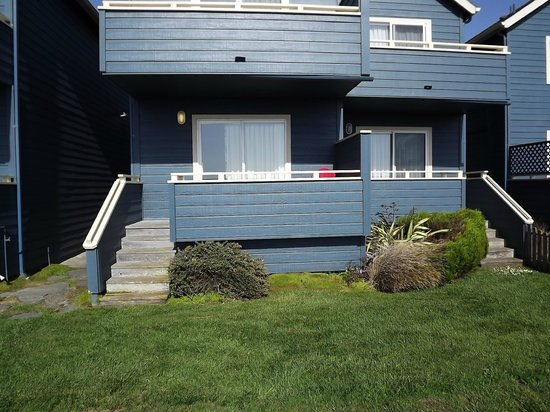 Surf & Sand Lodge: Back deck has two chairs and stairs for easy access to beach area.
