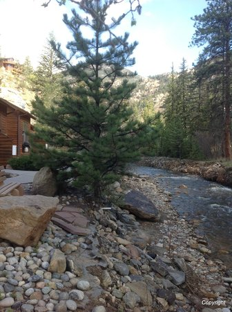 River Stone Resort and Bear Paw Suites: Fall River outside cabin D3