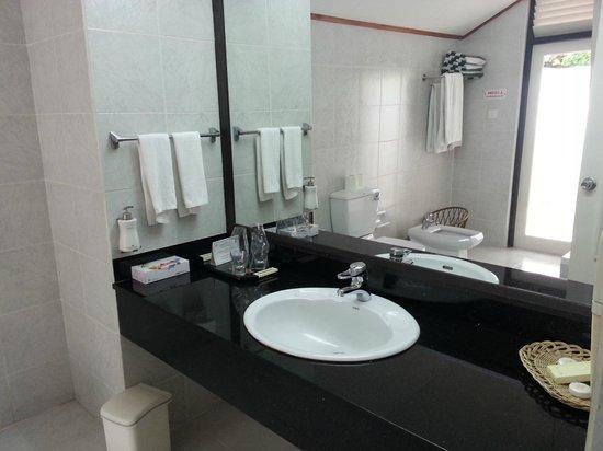 Paradise Island Resort & Spa: bath