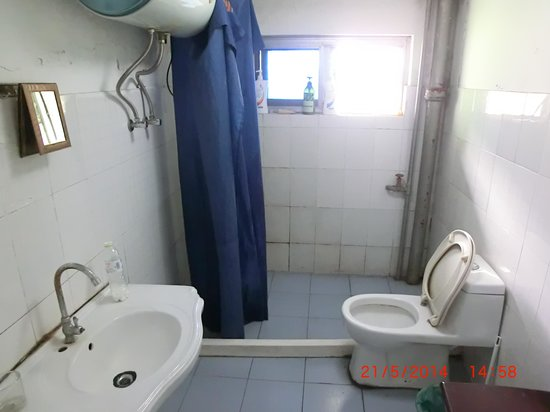 Hangzhou Da Ben Ying Hostel: The Bathroom and Toilet