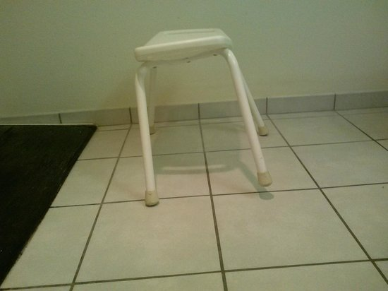 Americas Best Value Inn & Suites: Shower chair in handicapped accessible bath