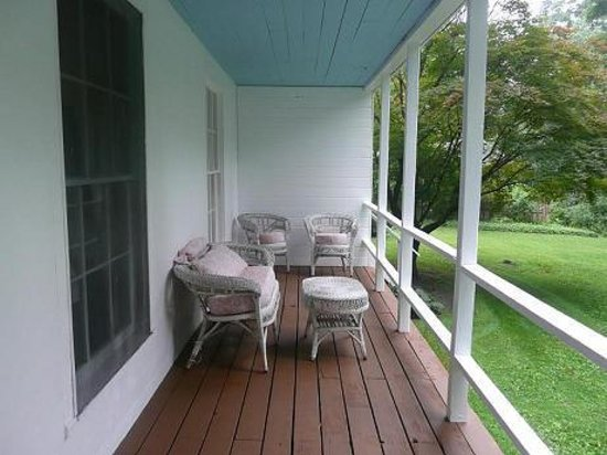 Cornwall Bridge, Κονέκτικατ: Relax on the porch with river and mountain views
