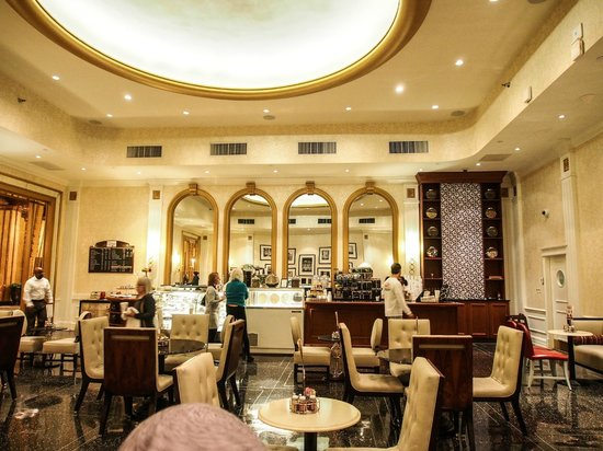 The Roosevelt New Orleans, A Waldorf Astoria Hotel: Grabbing our morning croissants at Teddy's Cafe