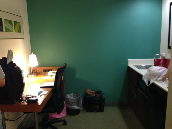SpringHill Suites Asheville: Desk/Kitchen area