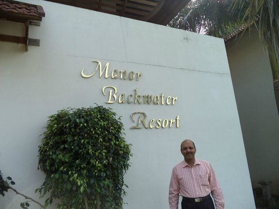 Manor Backwater Resort: Sign board of hotel near the entrance