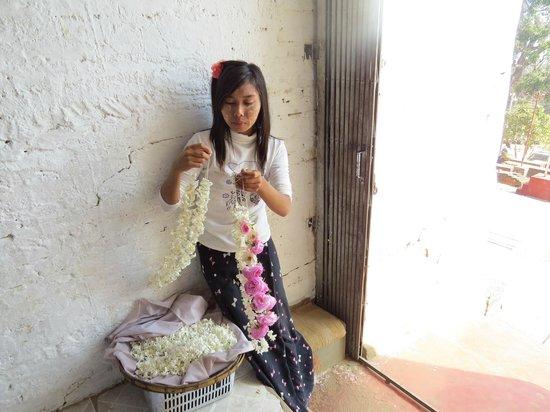 Mingun Paya: vendita di ghirlande di fiori