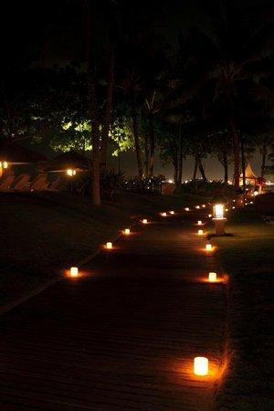INTERCONTINENTAL Bali Resort: Отель вечером с любовью украшают