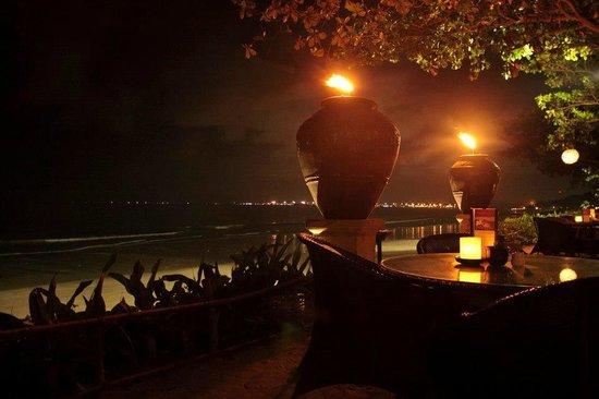 INTERCONTINENTAL Bali Resort: Кафе с выходом прямо на пляж. Отменный вид и кухня