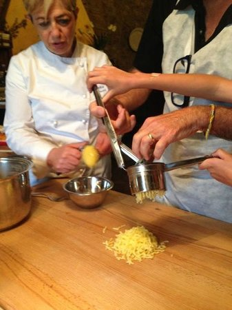 Percorsi con Gusto : ricing the potatoes for gnocchi