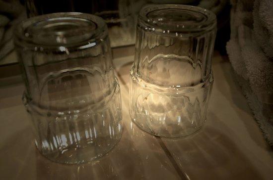 Filmhotel Lili Marleen : unsaubere Zahnputz-Gläser