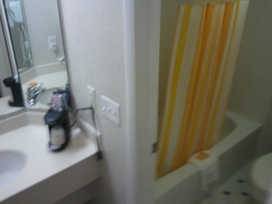 La Quinta Inn Tampa Bay Airport: Clean Bathroom