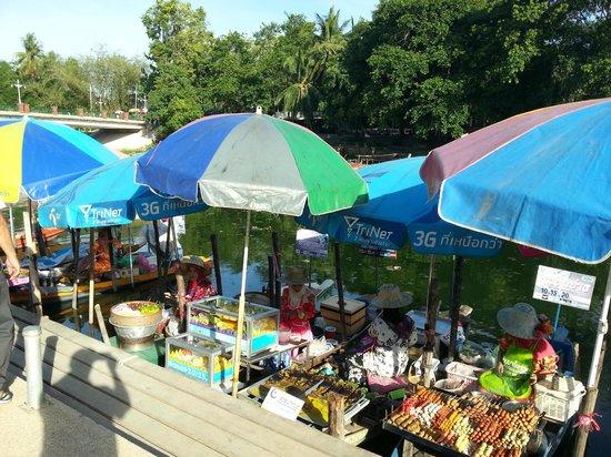 Hat Yai Floating Market: More sampan