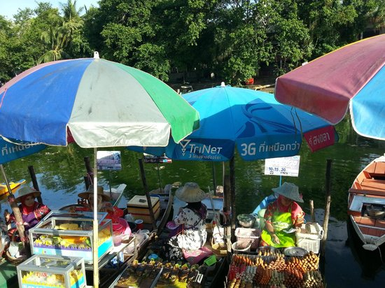 Hat Yai Floating Market: Sampan owners peddling their food.
