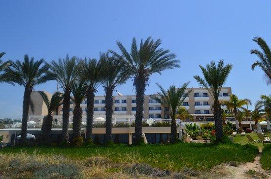 Queen's Bay Hotel: Вид на отель с территории пляжа