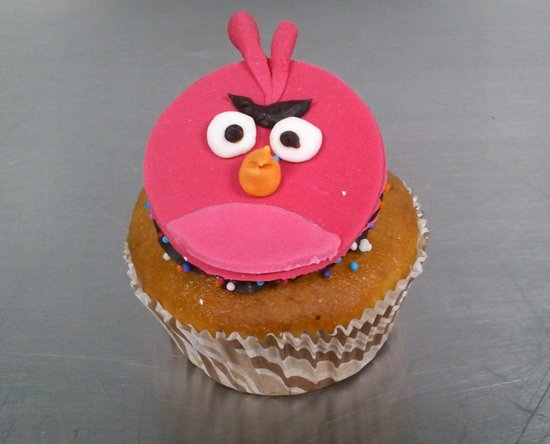Eclair - Terence /Pink Angry bird cup cake - Picture of