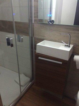 Hotel Central : Lavabo minuscule et WC horrible à utiliser