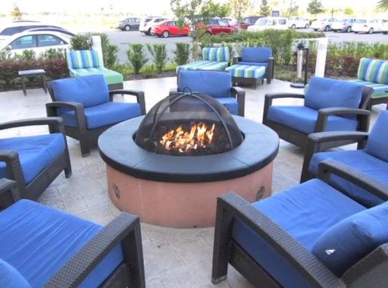 Hampton Inn & Suites Orlando Airport at Gateway Village: outdoor sitting area by pool