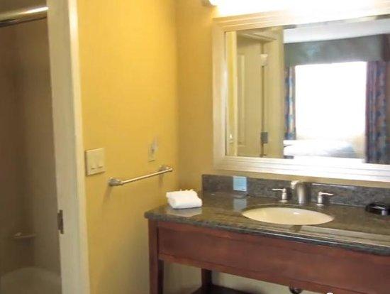 Hampton Inn & Suites Orlando Airport @ Gateway Village: king suite bathroom