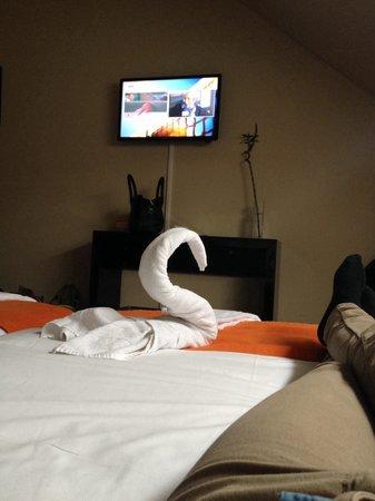 Hotel Casela : La chambre double vu du lit, sympa la deco de serviette