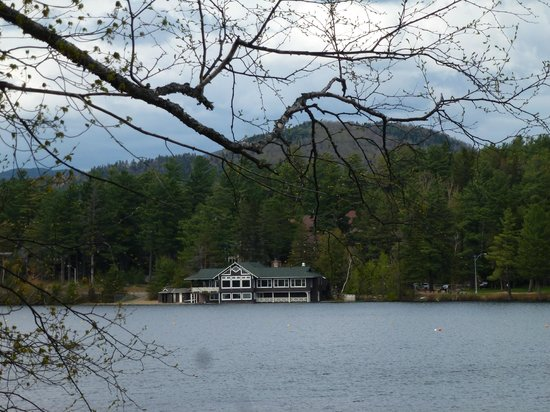 Hampton Inn & Suites Lake Placid: Wlaking back to Hampton hotel views of Mirror Lake