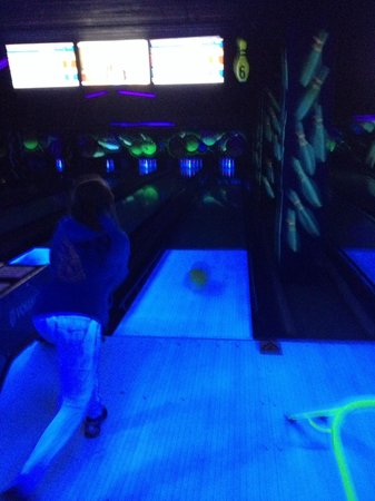 Center Parcs Longleat Forest: Neon bowling
