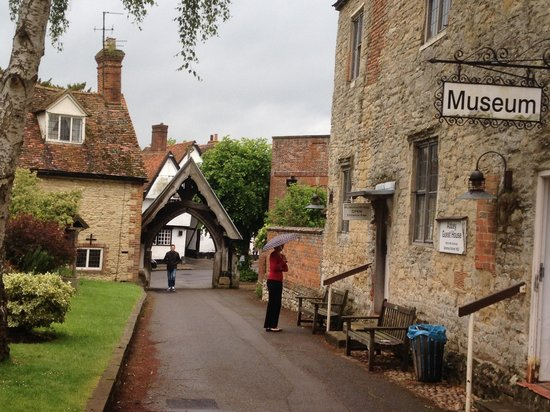 White Hart Hotel: Abbey Museum and entrance gate