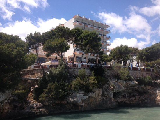 Hotel Cala Ferrera: View of hotel from the sea