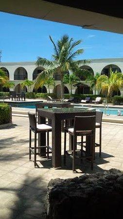 Talk of the Town Hotel & Beach Club : Parte del Bar y edificacion