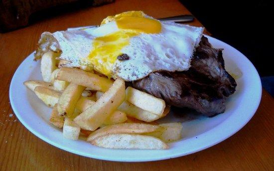 Caffe El Barista: Batatas fritas, cobertas com cebolas, carne grelhada e 2 ovos fritos