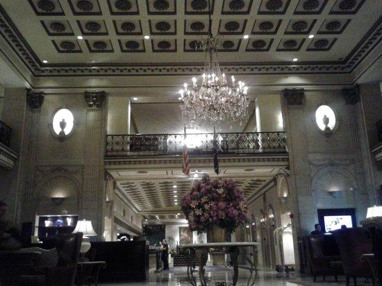 The Roosevelt Hotel : Una recepción hermosa con un lobby bar sensacional.