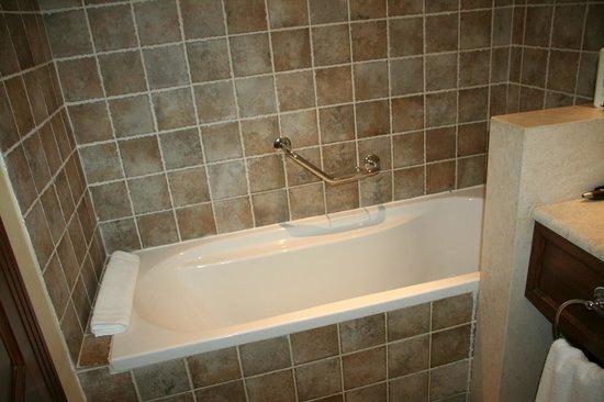 Grecotel Corfu Imperial: Salle bains complète (bain et douche)