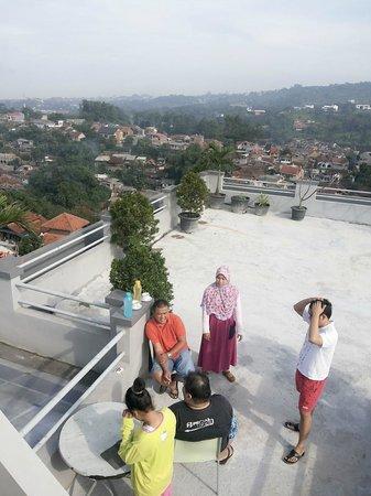 Hotel Accordia Dago: rooftop luas dengan view kota Bandung. Cocok untuk olahraga pagi :D