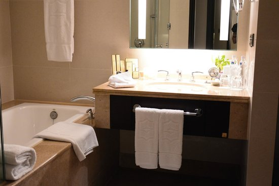 Shangri-La's Far Eastern Plaza Hotel Tainan: 洗面台が小さい