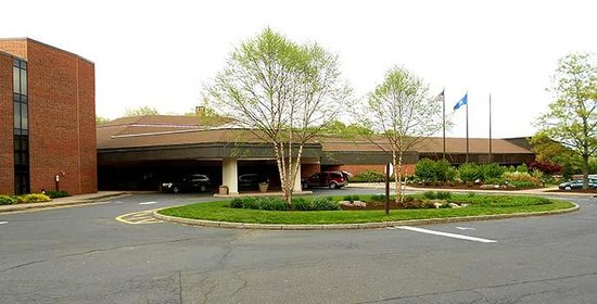 Hartford Marriott Farmington : The entrance to the hotel is low-browed, dark and gloomy. It will make you feel like Bruce Wayne