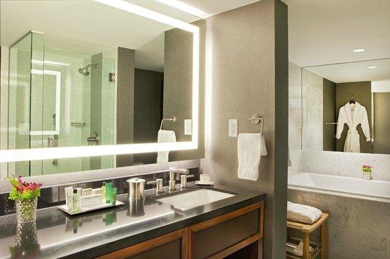 Hilton Nashville Downtown: Parkview Suite- Bath