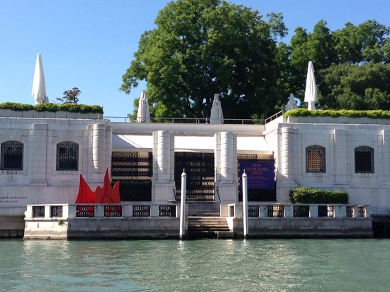 Dorsoduro: Peggy Guggenheim Museum from Grand Canal