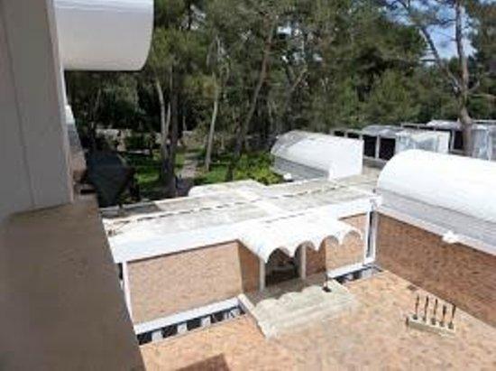 Fondation Maeght : la cour interieure , agrandissement du batiment originel, et ses Giacomettis