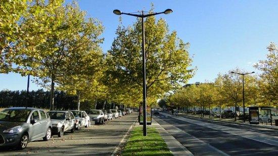 Adagio Access Avignon: Дорога, проходящая мимо отеля, с автобусной остановкой.