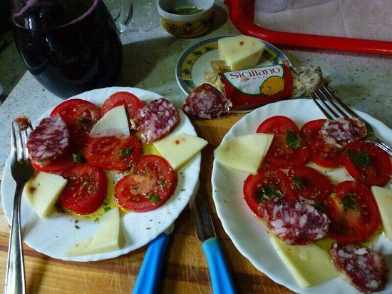 Giucalem B&B : Sizilianischer Tomatansalat mit hausgemachtem Wein zur Begruessung
