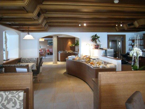 Hotel Plunger: Uno dei banchi della colazione
