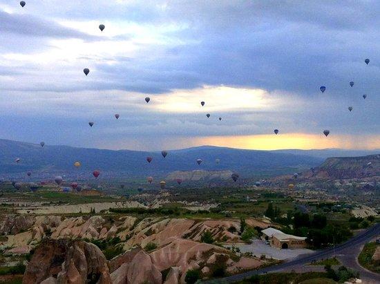 Cappadocia Cave Resort & Spa: vista do vale com balões