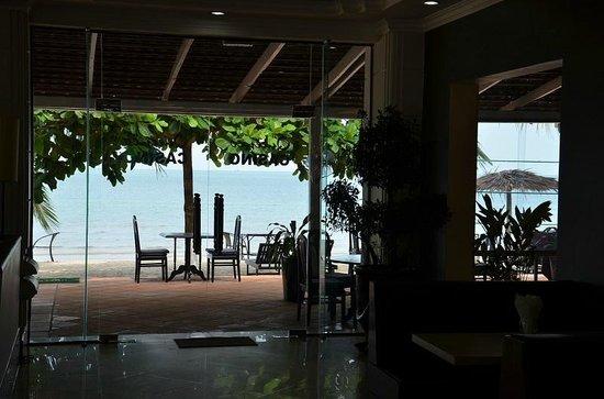 Queenco Hotel & Casino : выходишь из отеля прямо на пляж!!