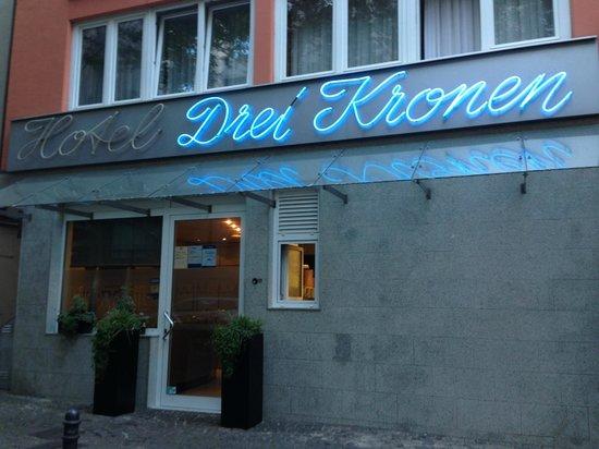 Hotel Drei Kronen: Front door of hotel