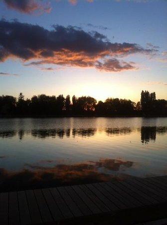 Le Bungalow : vue depuis la terrasse au coucher du soleil