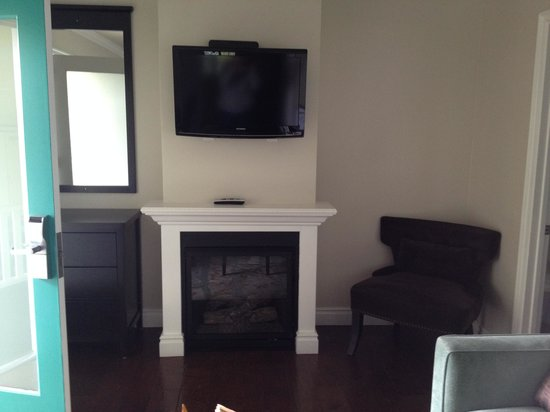 Beach Bungalow Inn and Suites: Fireplace & Flat Screen TV